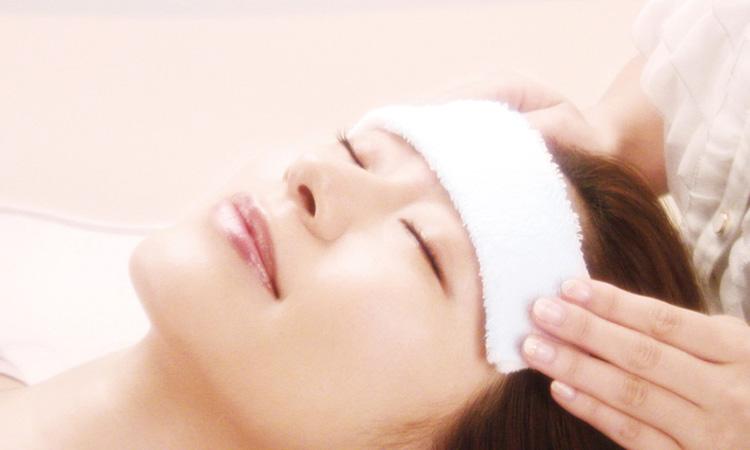 ワックス脱毛は肌に刺激を与えるので、必ずタオルで冷やしてクールダウンします。