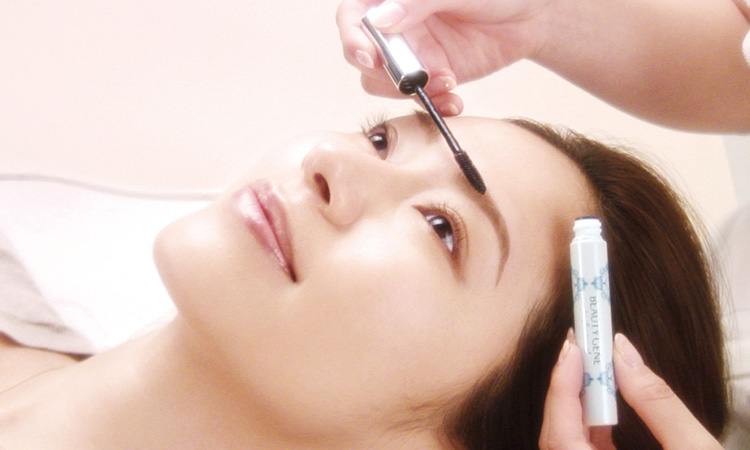 ナチュラルで立体的な眉を一日中持続できるアイブロウジェルで、毛流れを整えます。